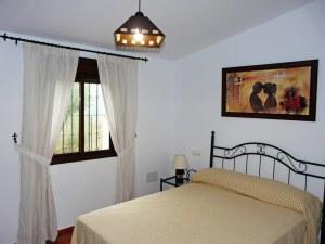 Dormitorio pricipal con armario empotrado. Dispone de la ropa de cama necesaria.