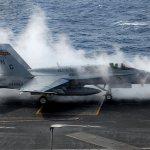 Motor de caça Hornet explode a bordo do porta-aviões USS John C. Stennis