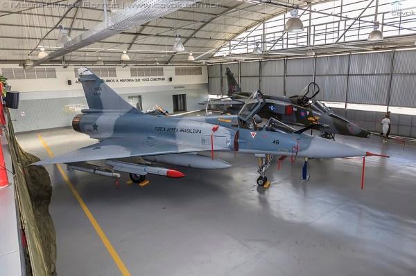 Já dentro do MUSAL, os dois novos jatos incorporados ao acervo: o Mirage F-2000C e o SEPECAT Jaguar. (Foto: Mauro Lins de Barros / Cavok)