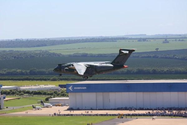 Aeronave de transporte militar KC-390, por ocasião do seu primeiro voo, realizado no dia 03.02.2015, na cidade de Gavião Peixoto, SP (Foto -  Embraer) (1)