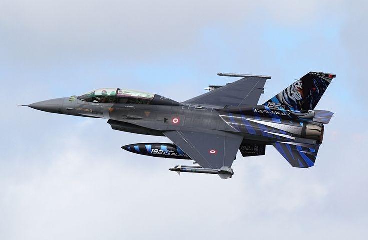 Segundo o piloto veterano, o F-35A sofreu muito para vencer um F-16D carregando dois enormes tanques subalares... (Imagem: jetphotos.net)