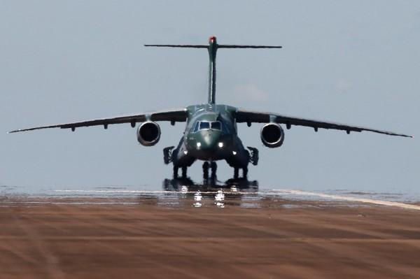O avião de transporte e reabastecimento aéreo KC-390 da Embraer. (Foto: Embraer)