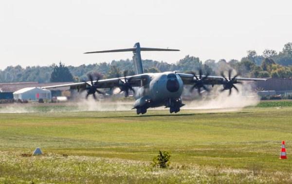 Pouso da aeronave A400 MSN2 na pista de grama. (Foto: Airbus Defense and Space)