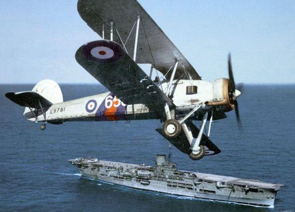 O HMS Ark Royal teve no Swordfish o seu principal meio aéreo.
