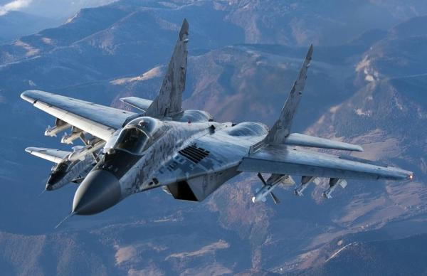 Um MiG-29 armado com dois mísseis ar-ar de médio alcance R-27R no cabine interno e quatro mísseis ar-ar R-60 de curto alcance nos cabides externos.