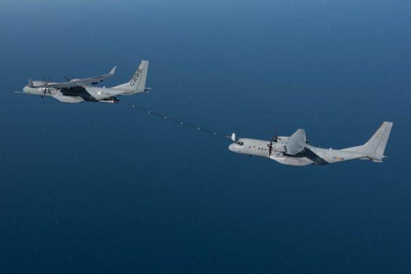 Um C295W da Airbus reabastece em voo um C295 padrão da Força Aérea Espanhola, durante testes do novo sistema paletizado de reabastecimento aéreo. (Foto: Airbus DS)