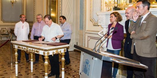 José Manuel Vera, secretario general del Sector AGE de FSC-CCOO, firma el acuerdo