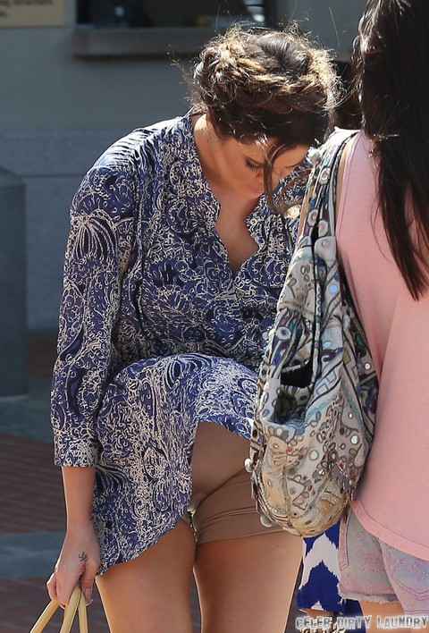 Semi Exclusive Khloe Kardashian Suffers Wardrobe