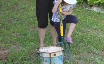 Melle Pikotine aide tata à déterrer les pierres