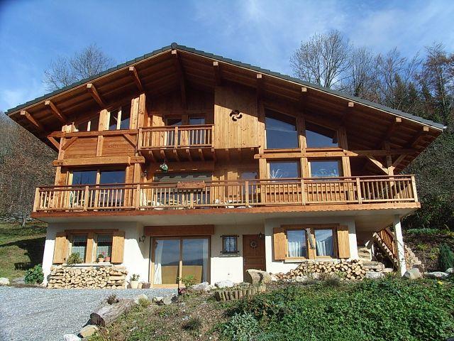 Chalet en bois pierre et toit en lauze au bord du torrent  - jeux de construction de maison en d