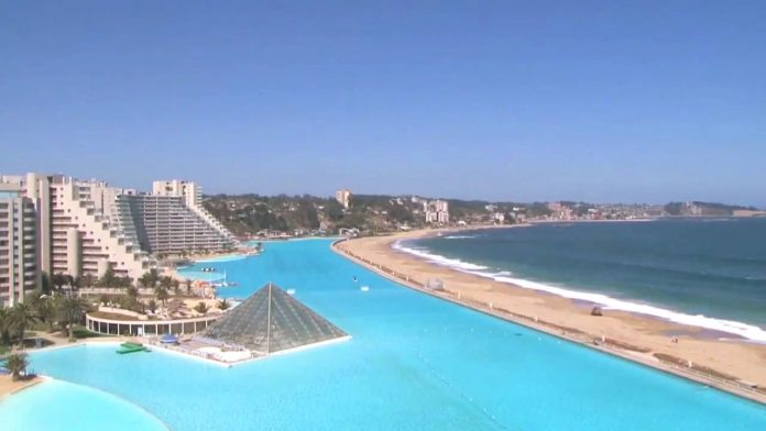 Chile s world 39 s largest swimming pool is an engineering miracle charismatic planet for Largest swimming pool in the world chile