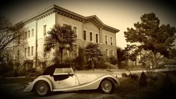 Château avec voiture de collection