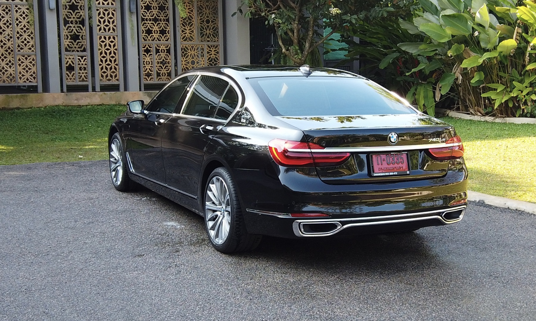 back view of bmw series 740LE luxurious car_chinese