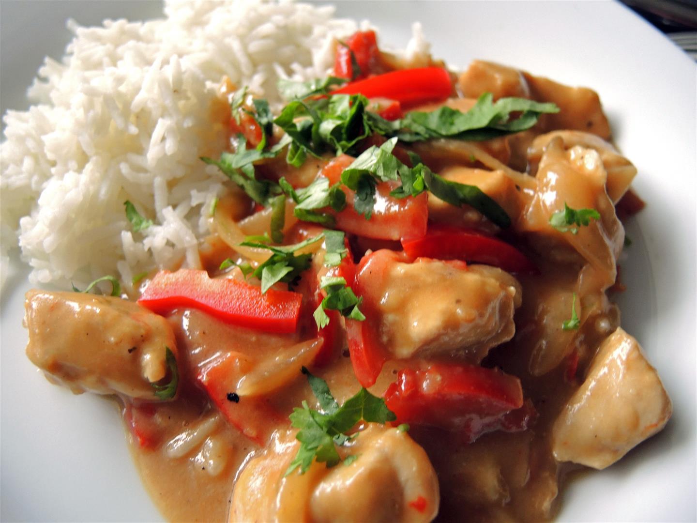 schneller hähnchen erdnuss wok mit paprika chilirosen