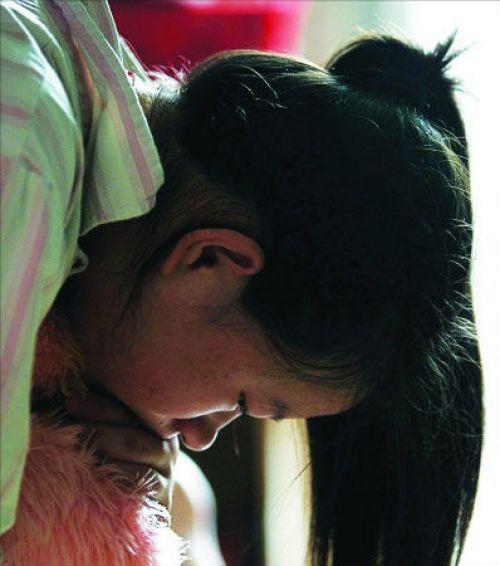 14岁女孩生下女婴 称办公室内遭老师强奸