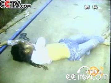 CCTV news report footage of Zhang Yaoyin's body after being thrown off the fourth floor.