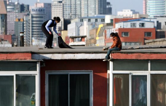 china-suicide-jumper-girl-rescued-by-police-woman-02