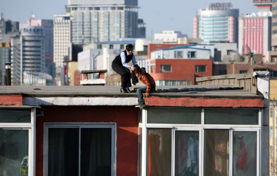 china-suicide-jumper-girl-rescued-by-police-woman-04