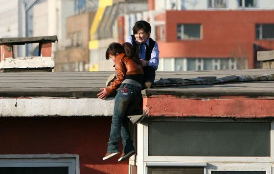 china-suicide-jumper-girl-rescued-by-police-woman-06