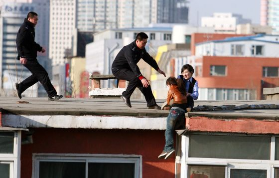 china-suicide-jumper-girl-rescued-by-police-woman-07