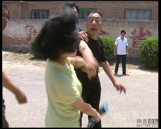 china-village-official-attacks-tv-reporter-02