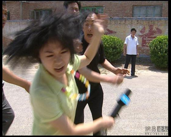 china-village-official-attacks-tv-reporter-03