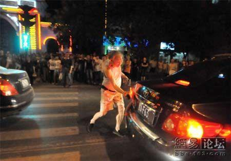 china-old-man-attacks-cars-with-brick-01