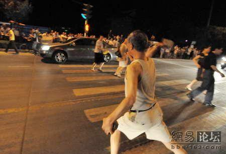 china-old-man-attacks-cars-with-brick-02