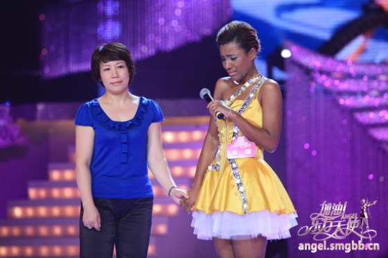 shanghainese-black-girl-luo-jing-with-mother-oriental-angels-show