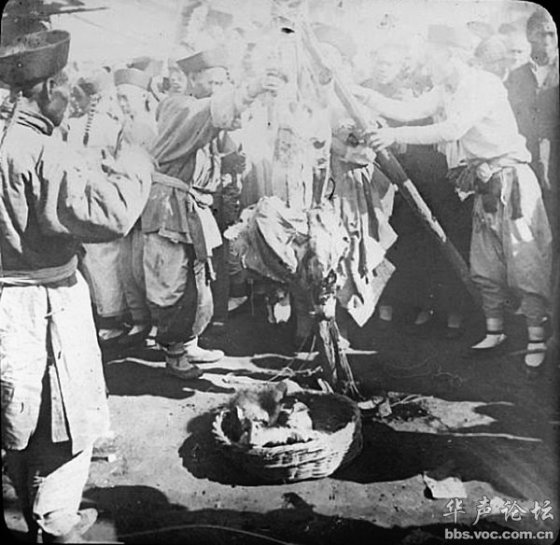 Dismembered limbs of an executed Chinese criminal are placed in a basket during Qing Dynasty China
