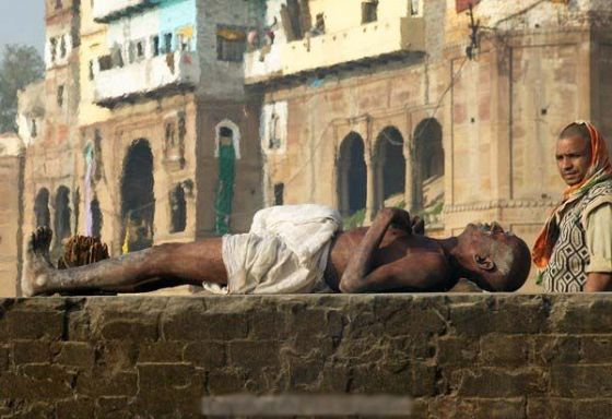 The body of an elderly man beside the river Ganges.