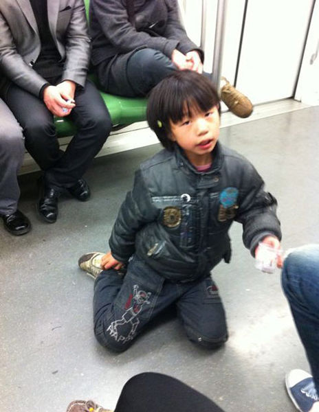 February 8th, a child beggar photographed on the Line 2 Metro in Shanghai by a netizen.