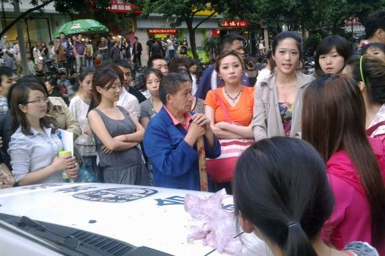 Some pretty girls in Chengdu stand up to the local chengguan (city management officials) who had beaten an old man selling bayberries.