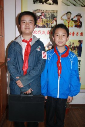 Hang Yibo, with fellow Chinese Young Pioneer.