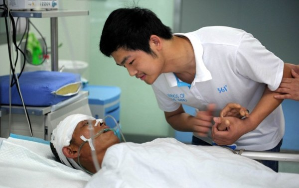 A Chinese teenager sees his gravely injured father in the hospital for the first time, his parents' traffic accident having been kept a secret from him so he could take a college entrance exam without distractions.