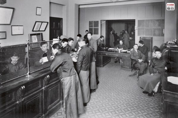 Due to the needs of trade communications and the development of telegraph technology, Shanghai's banking business developed quickly, already becoming one of the Far East's financial hubs by the start of the 20th century. Photo is of 1913, inside the International Savings Society on Shanghai's Avenue Edward (today's Yan'an East Road). The International Savings Society was established by the French in October 1912, where it operated until 1937 when it was outlawed by the Nationalist government. (Photo source: Shanghai: 1842-2010, Portrait of a Great City Post Wave Publishing)