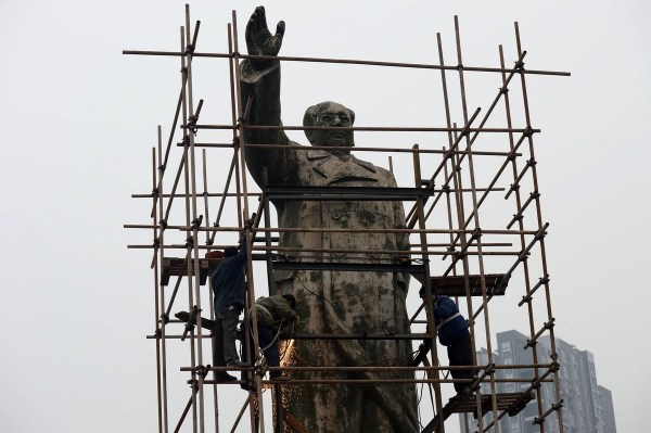 Workers preparing to relocate the Mao Zedong statue.
