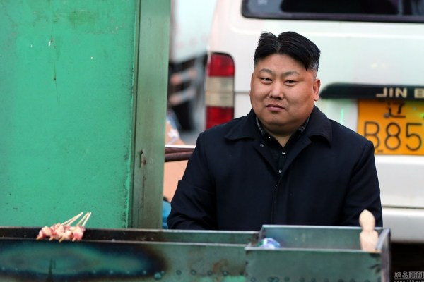 A Chinese street vendor in Shenyang selling barbequed meat skewers amuses customers and netizens with his resemblance to North Korean Supreme Leader Kim Jong-un.