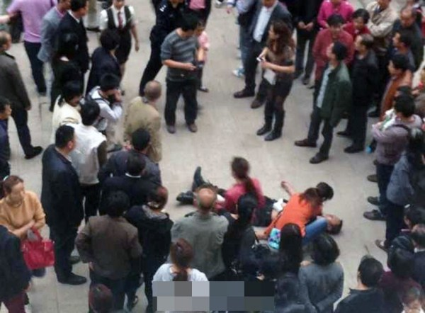 sichuan-china-police-officer-stabbed-for-stopping-people-from-cutting-in-line-03