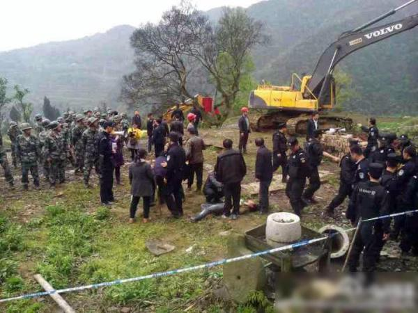 sichuan-gulin-villagers-clash-with-police-over-old-tree-02