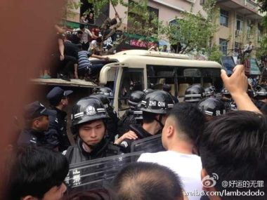 wenzhou-cangnan-county-mass-incident-crowd-beats-chengguan-after-beating-11