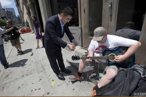 chinese-billionaire-philanthropist-chen-guangbiao-hands-out-100-dollar-bills-to-poor-in-new-york-06