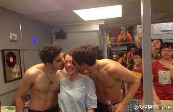 foreign-male-models-as-servers-at-chengdu-china-restaurant-05