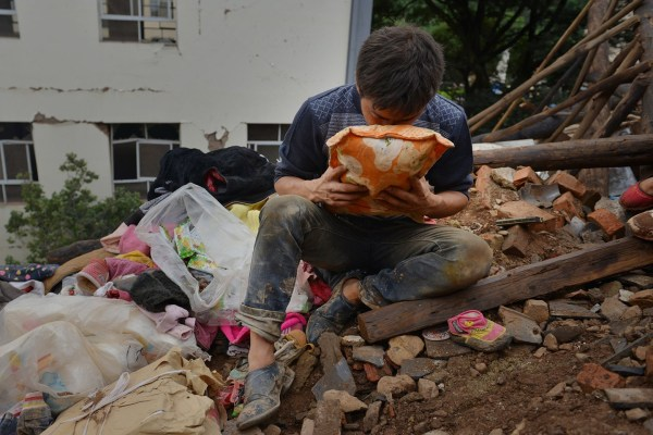 china-yunnan-zhaotong-ludian-earthquake-parents-dig-out-son-from-rubble-03