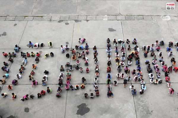 """Chinese schoolchildren form the Chinese characters for """"stay away from internet bars""""."""