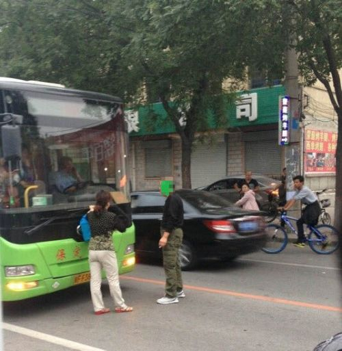 china-hebei-elderly-man-blocks-public-bus-holds-up-traffic-for-a-seat-02