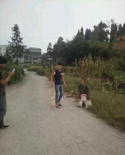 china-teenager-bullies-mentally-handicapped-person-03
