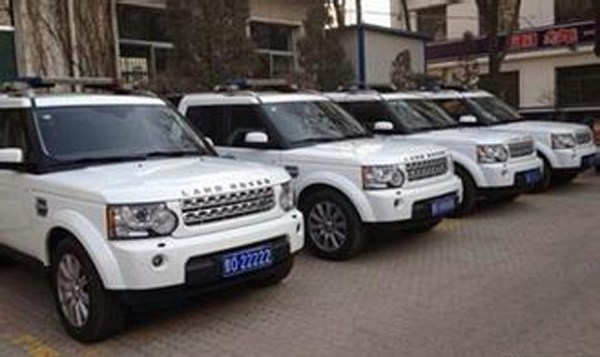 A row of white Land Rovers owned by the Shanxi Traffic Police, in apparent violation of government regulations, angering Chinese netizens.