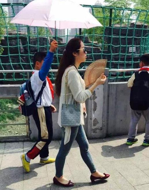 Young Students Hold Umbrella for Teacher, Netizens Attack