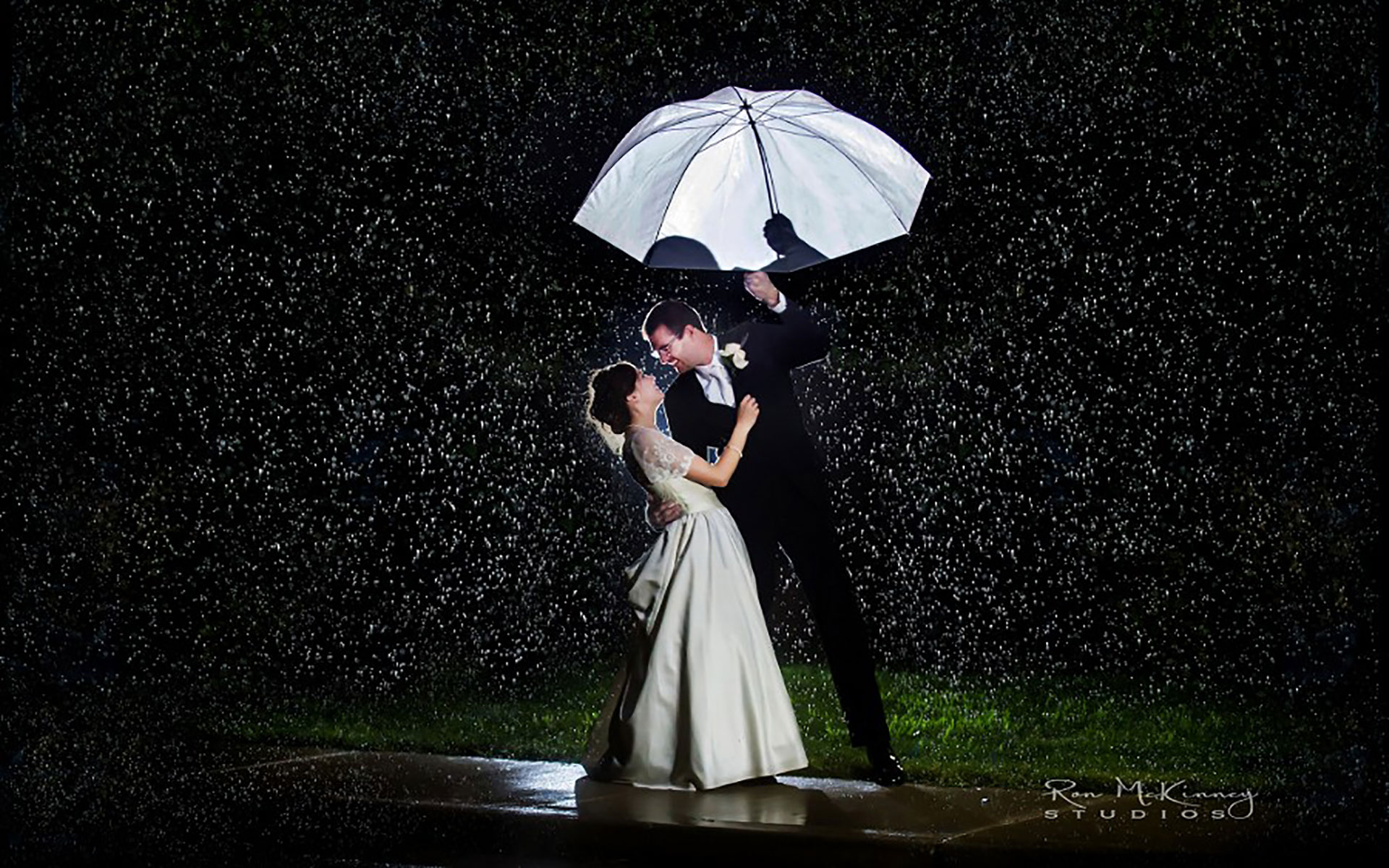 Cute Dolls Wallpapers With Quotes 20 Love Couple S Romance In The Rain Wallpapers